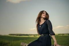 Το κορίτσι ομορφιάς εισπνέει το καθαρό αέρα τυφλά και το χαμόγελο υπαίθρια στοκ φωτογραφία με δικαίωμα ελεύθερης χρήσης