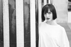 Το κορίτσι ομορφιάς με τη γοητεία κοιτάζει Γυναίκα με τα κόκκινα χείλια makeup στο Παρίσι, Γαλλία Αισθησιακή γυναίκα με την τρίχα στοκ εικόνες με δικαίωμα ελεύθερης χρήσης