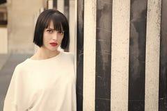 Το κορίτσι ομορφιάς με τη γοητεία κοιτάζει Γυναίκα με τα κόκκινα χείλια makeup στο Παρίσι, Γαλλία Αισθησιακή γυναίκα με την τρίχα στοκ φωτογραφίες με δικαίωμα ελεύθερης χρήσης