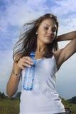 Το κορίτσι ομορφιάς πίνει το νερό στοκ εικόνες
