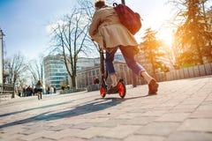 Το κορίτσι οδηγά ένα μηχανικό δίκυκλο Στοκ Φωτογραφίες