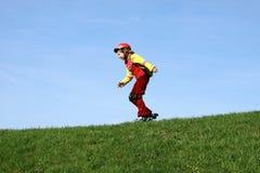 το κορίτσι οδηγά rollerblades τις ν&epsil Στοκ Φωτογραφία