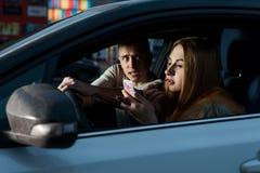 Το κορίτσι οδηγών είναι χρωματισμένο πίσω από τη ρόδα Στοκ Εικόνες