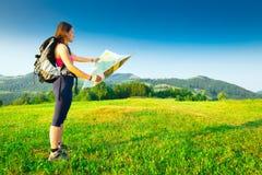 Το κορίτσι οδοιπόρων φαίνεται μόνο χάρτης Στοκ Εικόνα