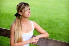 το κορίτσι πάγκων κάθεται Στοκ εικόνες με δικαίωμα ελεύθερης χρήσης