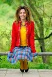 το κορίτσι πάγκων dreadlocks κάθεται Στοκ φωτογραφία με δικαίωμα ελεύθερης χρήσης