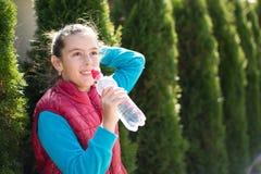 Το κορίτσι πίνει το νερό Στοκ Εικόνα