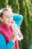 Το κορίτσι πίνει το νερό Στοκ Φωτογραφία