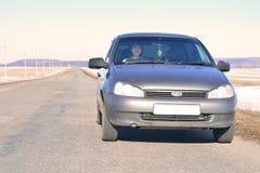 Το κορίτσι πίσω από τη ρόδα ενός αυτοκινήτου Στοκ εικόνες με δικαίωμα ελεύθερης χρήσης