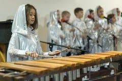 Το κορίτσι παίζει ένα xylophone Άσπρα ενδύματα, χορωδία Στοκ φωτογραφίες με δικαίωμα ελεύθερης χρήσης