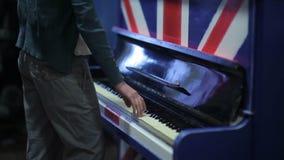 Το κορίτσι παίζει το πιάνο απόθεμα βίντεο