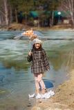 Το κορίτσι παίζει τα σκάφη εγγράφου Στοκ Φωτογραφίες