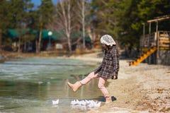 Το κορίτσι παίζει τα σκάφη εγγράφου Στοκ εικόνες με δικαίωμα ελεύθερης χρήσης