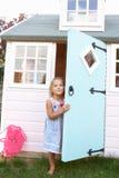 το κορίτσι παίζει υπαίθρι& στοκ φωτογραφία