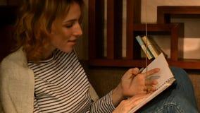 Το κορίτσι παίρνει ένα δαχτυλίδι αρραβώνων, το οποίο ζυγίζει στο σχοινί φιλμ μικρού μήκους
