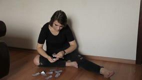 Το κορίτσι παίρνει έξω την εφηβική αυτοκτονία χαπιών φιλμ μικρού μήκους
