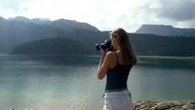 Το κορίτσι παίρνει μια εικόνα στέκεται στα πλαίσια του τοπίου απόθεμα βίντεο