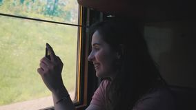 Το κορίτσι παίρνει μια φωτογραφία από το τραίνο απόθεμα βίντεο