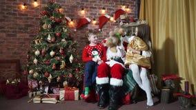 Το κορίτσι παίρνει την τσάντα Άγιου Βασίλη με τα δώρα και teddy αντέξτε απόθεμα βίντεο