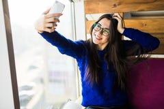 Το κορίτσι παίρνει selfie στο τηλέφωνό της Στοκ Φωτογραφίες