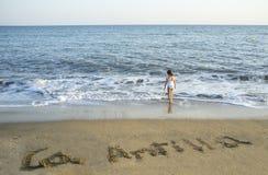 Το κορίτσι παιδιών απολαμβάνει στην ακροθαλασσιά Islantilla Πέρα από την άμμο είναι δικαστική πράξη Στοκ Εικόνα