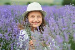 Το κορίτσι παιδιών είναι στο lavender τομέα, όμορφο πορτρέτο, κινηματογράφηση σε πρώτο πλάνο προσώπου, θερινό τοπίο Στοκ Φωτογραφίες