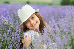 Το κορίτσι παιδιών είναι στο lavender τομέα, όμορφο πορτρέτο, κινηματογράφηση σε πρώτο πλάνο προσώπου, θερινό τοπίο Στοκ φωτογραφία με δικαίωμα ελεύθερης χρήσης