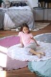Το κορίτσι παιδιών κάθεται στο πάτωμα στο στρογγυλό χαλί στοκ φωτογραφίες με δικαίωμα ελεύθερης χρήσης
