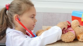 Το κορίτσι παιδιών παίζει το γιατρό φιλμ μικρού μήκους