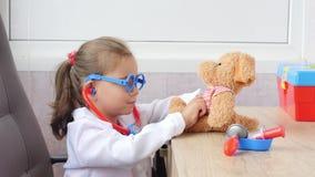 Το κορίτσι παιδιών παίζει το γιατρό απόθεμα βίντεο