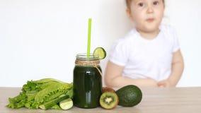 Το κορίτσι παιδιών παρουσιάζει συγκινήσεις ότι δεν συμπαθεί τα χορτοφάγα τρόφιμα και τους φυτικούς πράσινους καταφερτζήδες φιλμ μικρού μήκους