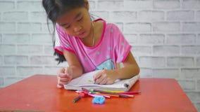 Το κορίτσι παιδιών σύρει την εικόνα στο καθιστικό στο σπίτι, καθημερινό videography τρόπου ζωής φιλμ μικρού μήκους