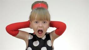 Το κορίτσι παιδιών καλύπτει τα αυτιά του με τα χέρια του φιλμ μικρού μήκους