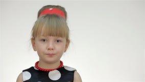 Το κορίτσι παιδιών παρουσιάζει φυσικές συγκινήσεις απόθεμα βίντεο