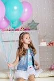 Το κορίτσι παιδιών φυσά το κερί στο κέικ γενεθλίων Στοκ φωτογραφία με δικαίωμα ελεύθερης χρήσης