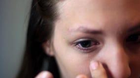 Το κορίτσι παρεμβάλλει τους φακούς φιλμ μικρού μήκους