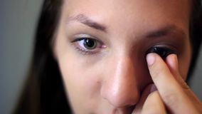 Το κορίτσι παρεμβάλλει τους φακούς απόθεμα βίντεο