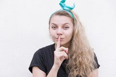Το κορίτσι παρουσιάζει ένα αστείες πρόσωπο και γλώσσα Στοκ Εικόνα