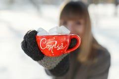 Το κορίτσι παρουσιάζει με την κούπα του καφέ και marshmallows στη κάμερα Στοκ φωτογραφία με δικαίωμα ελεύθερης χρήσης