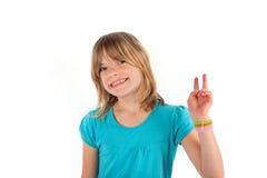 Το κορίτσι παρουσιάζει σημάδι νίκης Στοκ Εικόνες