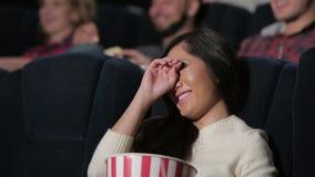 Το κορίτσι παρουσιάζει συγκινήσεις κατά τη διάρκεια ενός μελοδράματος απόθεμα βίντεο