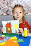 Το κορίτσι παρουσιάζει τέχνες του Στοκ Εικόνα