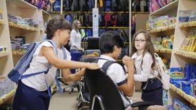 Το κορίτσι περιστρέφει σε μια καρέκλα στο κατάστημα φιλμ μικρού μήκους