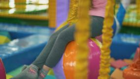 Το κορίτσι περνά την έλξη με τα εμπόδια φιλμ μικρού μήκους