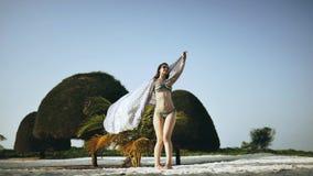 Το κορίτσι περπατά αργά κατά μήκος της τροπικής παραλίας φιλμ μικρού μήκους