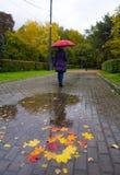 Το κορίτσι περπατά κάτω από την ομπρέλα κατά τη διάρκεια της βροχής Στοκ εικόνα με δικαίωμα ελεύθερης χρήσης