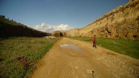 Το κορίτσι περπατά κατά μήκος ενός βρώμικου δρόμου σε μια βαθιά τάφρο του μεσαιωνικού φρουρίου Famagusta φιλμ μικρού μήκους