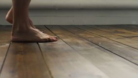 Το κορίτσι περπατά στο ξύλινο πάτωμα Τα θηλυκά πόδια πηγαίνουν στο ξύλινο πάτωμα απόθεμα βίντεο