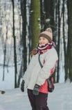 Το κορίτσι περπατά το χειμερινό ξύλο Στοκ φωτογραφία με δικαίωμα ελεύθερης χρήσης