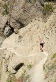 το κορίτσι πηγαίνει βουνό στενής διόδου Στοκ Εικόνες